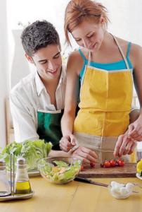 Как познакомиться.Вместе готовят кушать на кухне