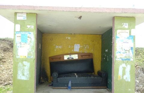 Интересная остановка с диваном