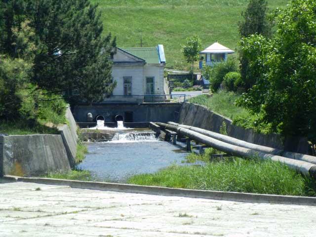 Охранный пост внизу от дамбы водохранилища