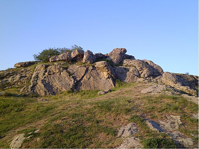 Скала возле Курцовского родника.Это небольшая скала