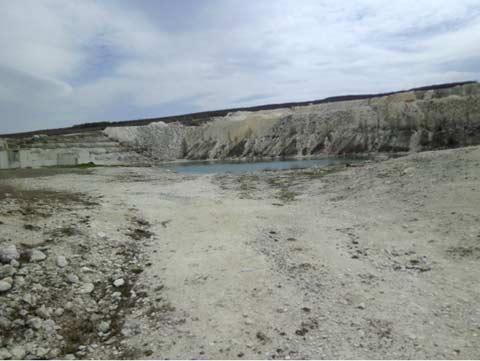 Внутри карьера образовалось озеро голубое на вид