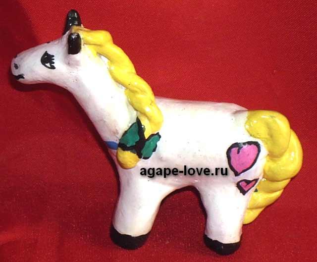 Изделия-Юли.-Белая-лошадка с желтой гривой