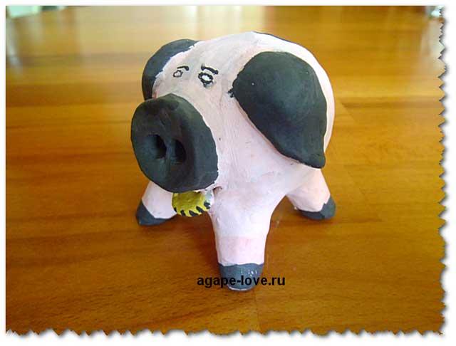 Изделия из глины. Свинья-копилка.Розового цвета с черными ушками