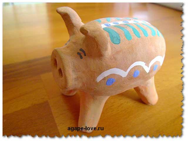 Изделия из глины. Свинья веселая и красивая